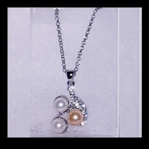 NEW Stunning Faux Peaarl & Crystal Pendant Necklac